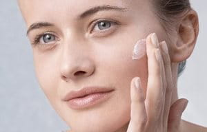 Mujer cuidando su piel