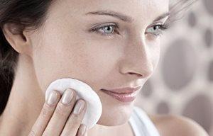 Mujer realizándose una limpieza de cara
