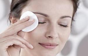 Mujer realizándose una limpieza de ojos