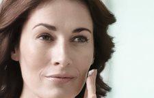 Mujer aplicándose Eucerin Volume-Filler Crema de Día para piel normal o mixta, en la cara