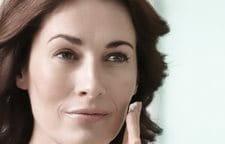 Mujer aplicándose Eucerin Volume-Filler Crema de Noche en la cara