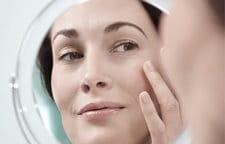 Mujer aplicándose Eucerin Volume-Filler Contorno de Ojos