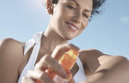 El uso de un filtro solar de amplio espectro puede ayudar a prevenir las manchas oscuras.